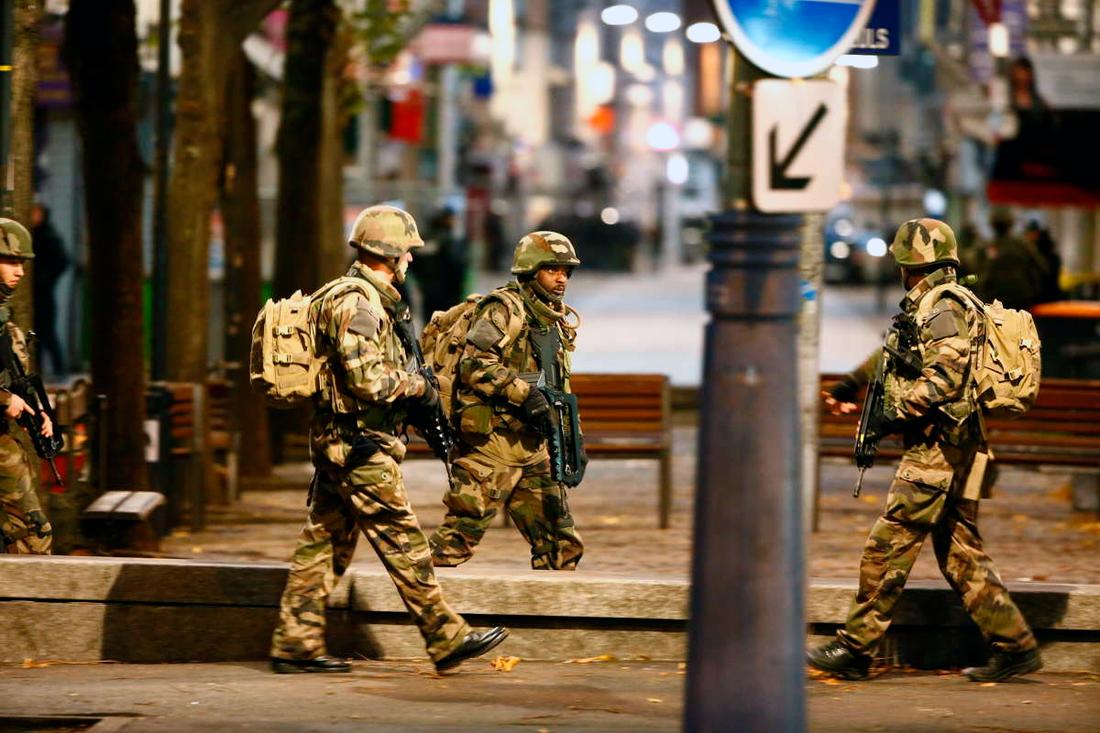 Militär har skickats till platsen för att backa upp polisen.