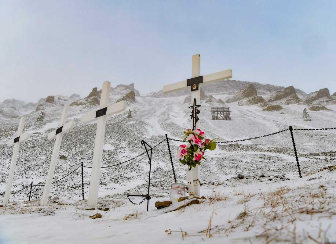 För några år sedan gick två ras på båda sidor av kyrkogården i Longyearbyen. Nu måste den flyttas.