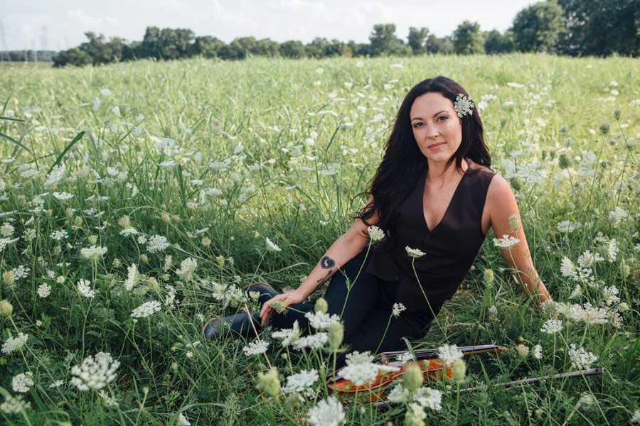 Amanda Shires och stora blomstrande jättefina sommarängen.
