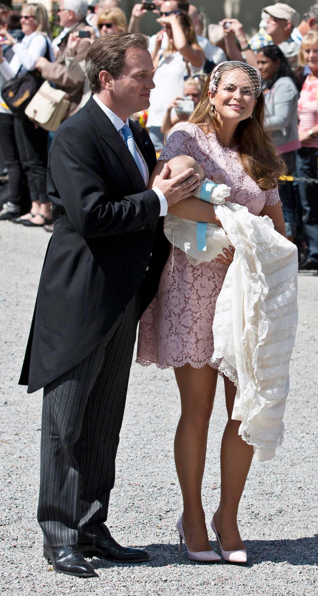 Madeleine med make Chris O'Neill på dottern Leonores dop. Dagen till ära valde Madde en kortärmad spetsklänning i gammelrosa med matchande kulör på huvudbonad och skor.