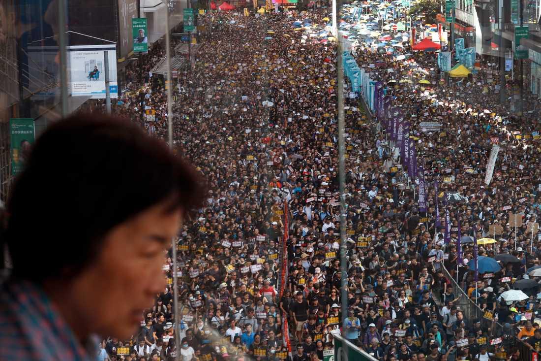 En av de större demonstrationerna mot den nya utlämningslagen hölls den 21 juli. Uppgifterna om hur många som deltog går isär. En av arrangörerna, organisationen Civil Human Rights Front (CHRF) hävdade att över 400000 personer gett sig ut på gatorna. Polisen kontrade med en bit över 100000.