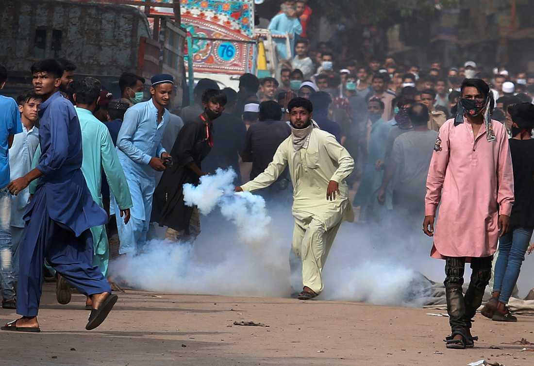 Polis avfyrade tårgas för att skingra en av TLP:s protester i Karachi i måndags.