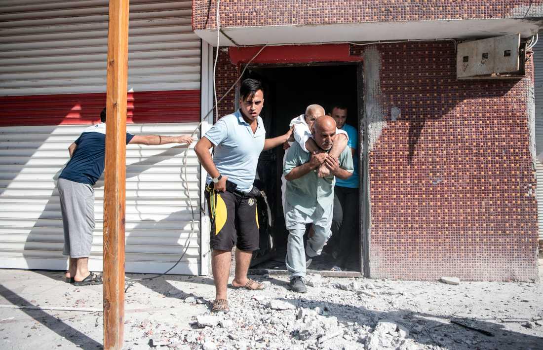 En skadad man i Akcakale, sydöstra Turkiet, efter att en granat skjutits över gränsen inifrån Syrien.