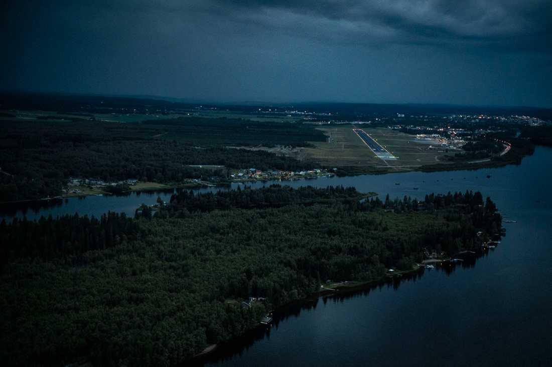 Umeå flygplats och ön Stora Sandskär i förgrunden.