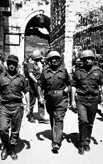 1967 - slutet på sexdagarskriget - Uzi Narkiss, Moshe Dayan och Yitzhak Rabin går in i gamla Jerusalem.
