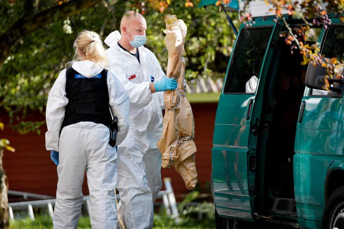 Pappan hittades mördad och mamman svårt skadad i deras sommarhus utanför Arboga.