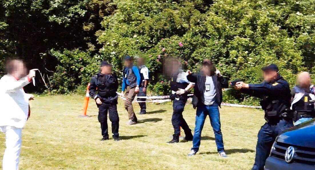 Bilder från platsen visar hur polisen riktar vapen mot den knivbeväpnade mannen.