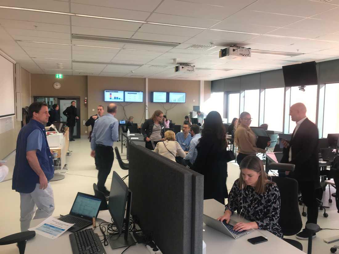 I ett mötesrum på Karolinska universitetssjukhuset arbetar ett 50-tal personer med att säkra leveransen av skyddsutrusningsmateriel.