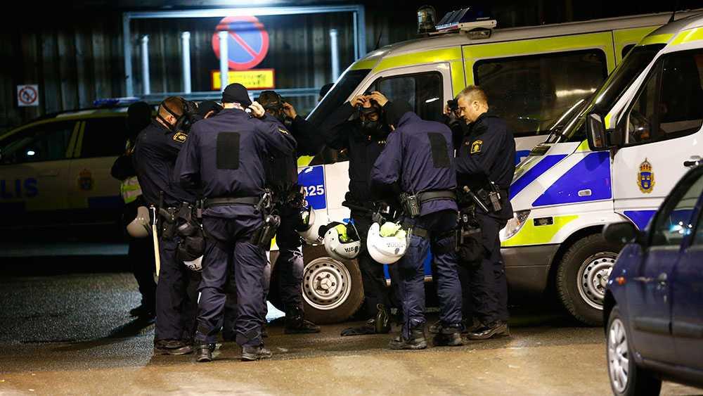 Polispatruller på plats i Högdalen.