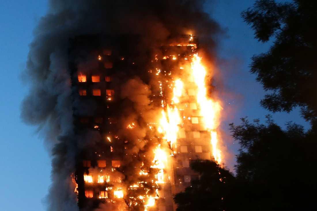 På bara några minuter var hela den 24 våningar höga fastigheten i stadsdelen North Kensington övertänd.