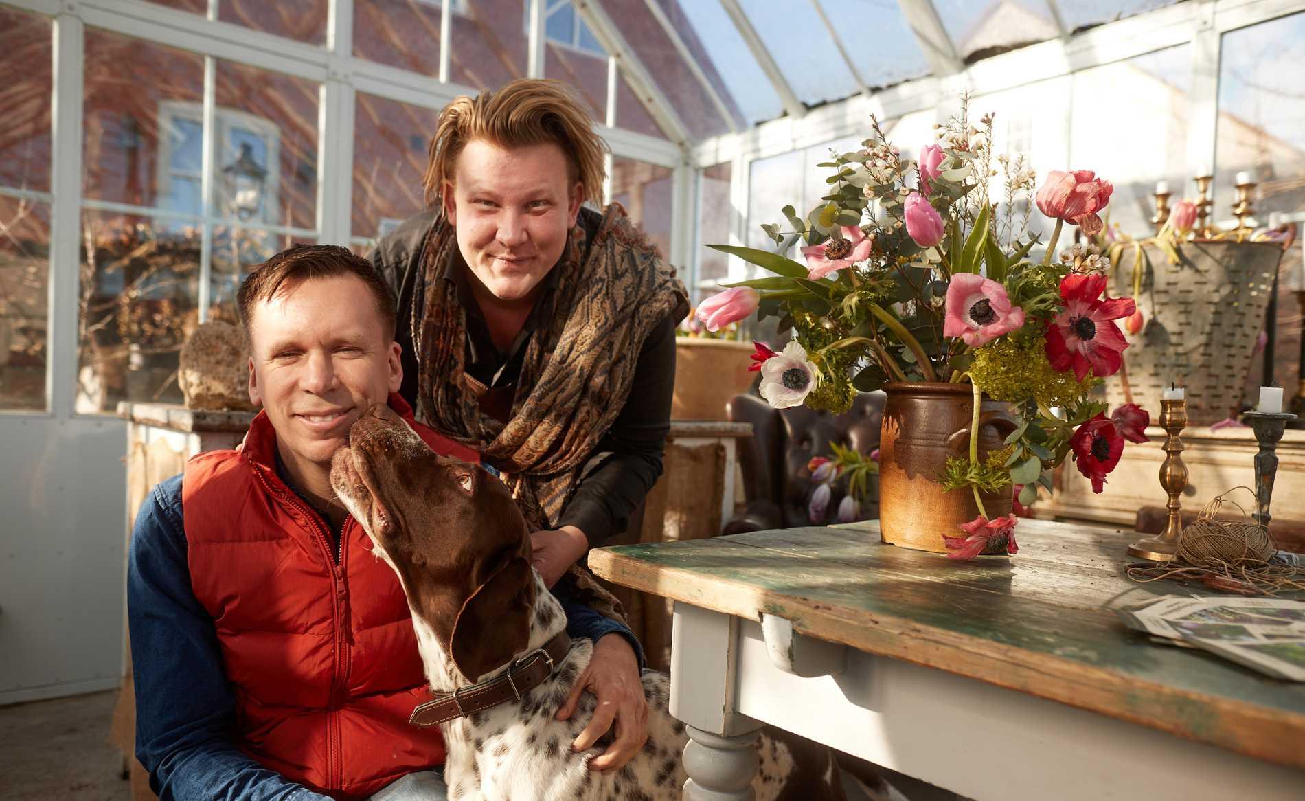 Karl Fredrik Gustafsson med sambon Petter Kjellén och hunden Hamilton.