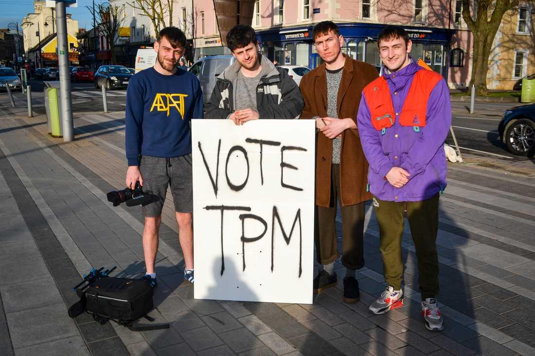 Andrew McGahon, Jack O'Donnell och bröderna Charles och Andrew Hendy manar invånarna i Dundalk att rösta på brödernas hiphopduo TPM. Fast egentligen stöder de vänsterpartiet Sinn Féin.