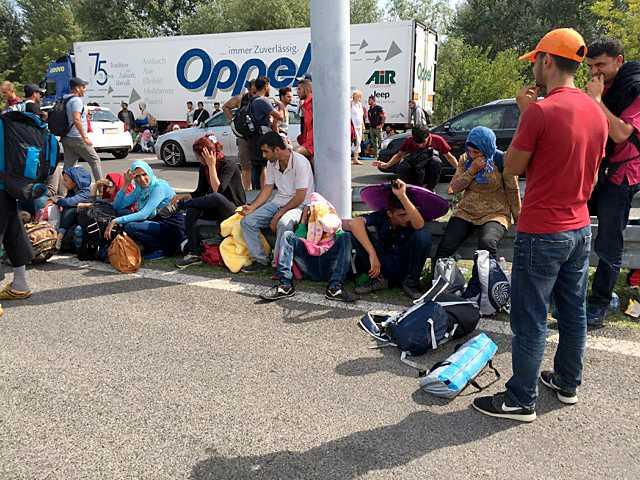 Hundratals flyktingar blockerar sedan förmiddagen motorvägen vid gränspassagen till Ungern.