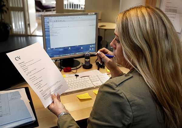 Sex av tio rekryterare upptäcker lögner i ansökningar, enligt en undersökning.