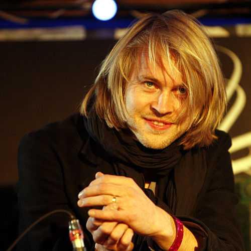 Musikern Peter von Poehl är Patrick Modianos svenske svärson.
