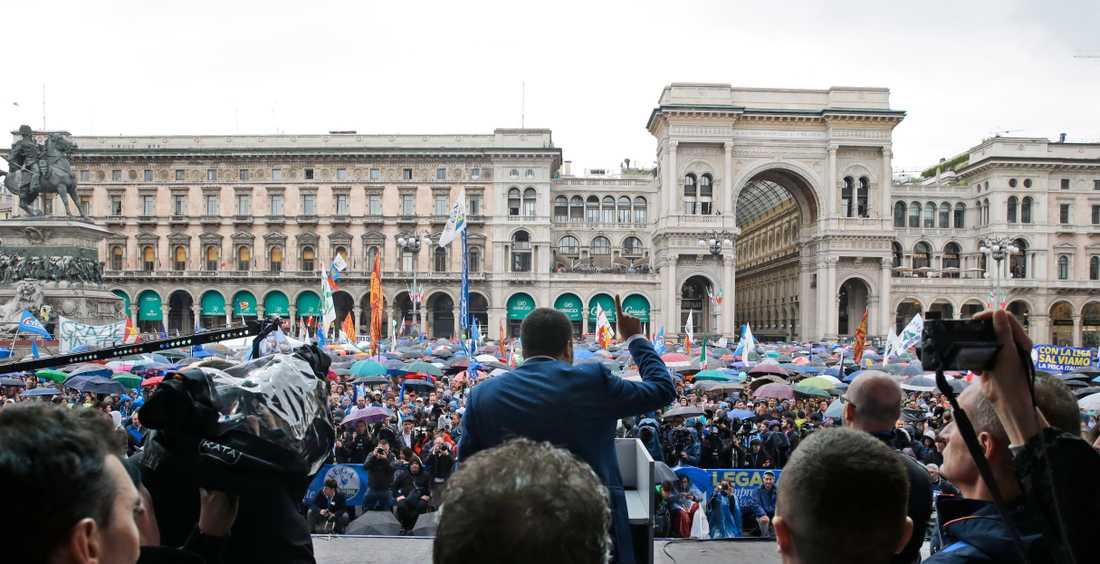 Matteo Salvini talar inför den samlade folkmassan i Milano.