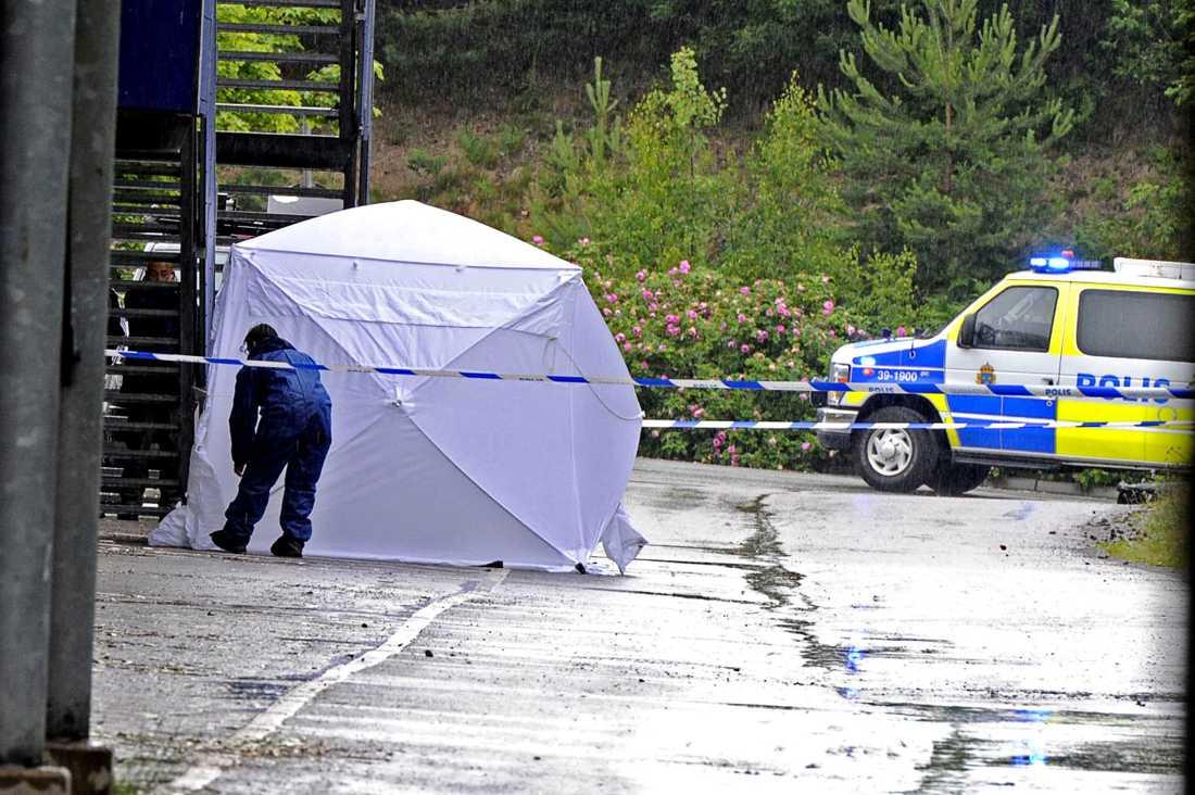 Polisens tekniker satte vid lunchtid på söndagen upp ett tält runt den döde mannen för sin tekniska undersökning.