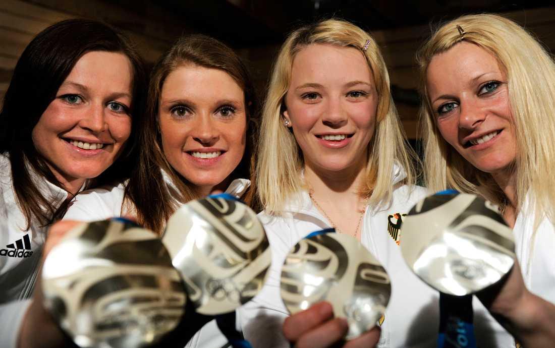 Katrin Zeller, Evi Sachenbacher-Stehle, Miriam Gossner och Claudia Nystad efter OS-silvret 2010.