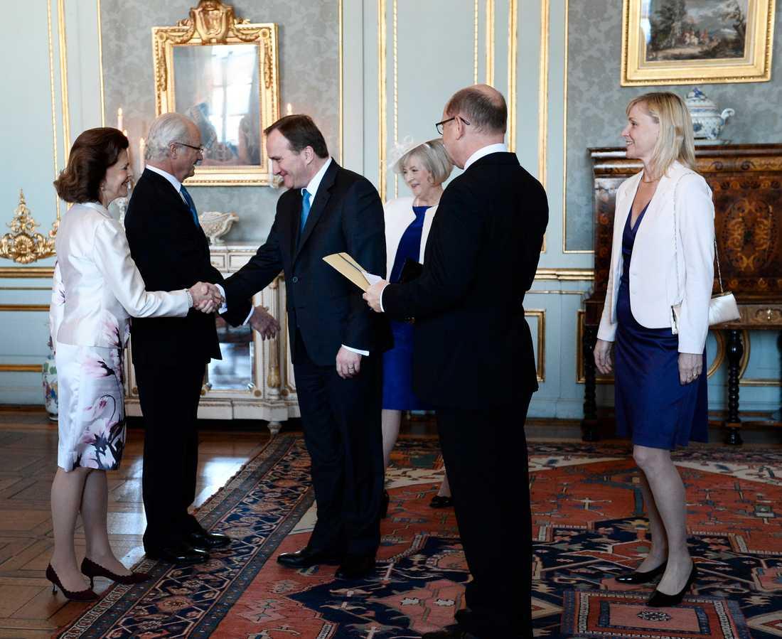 Vare sig kungen eller statsministern har förtur till att bli vaccinerade mot covid-19. På bilden Kung Carl XVI Gustaf när han tillsammans med drottning Silvia tar emot bland annat statsminister Stefan Löfven (S) vid firandet av sin 70-årsdag 2016.