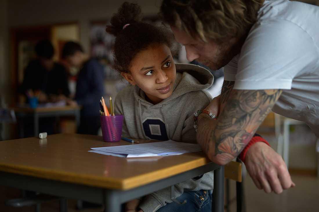 """""""Vilken färg hade han på tröjan?"""". Läraren Pieter De Jong lär eleverna svenska."""