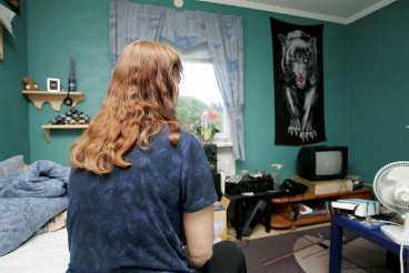 Pojkrummet Här bodde 17-åringen. I ett typiskt pojkrum med bilaffischer på väggarna och en samling snusdosor ovanför sängen.