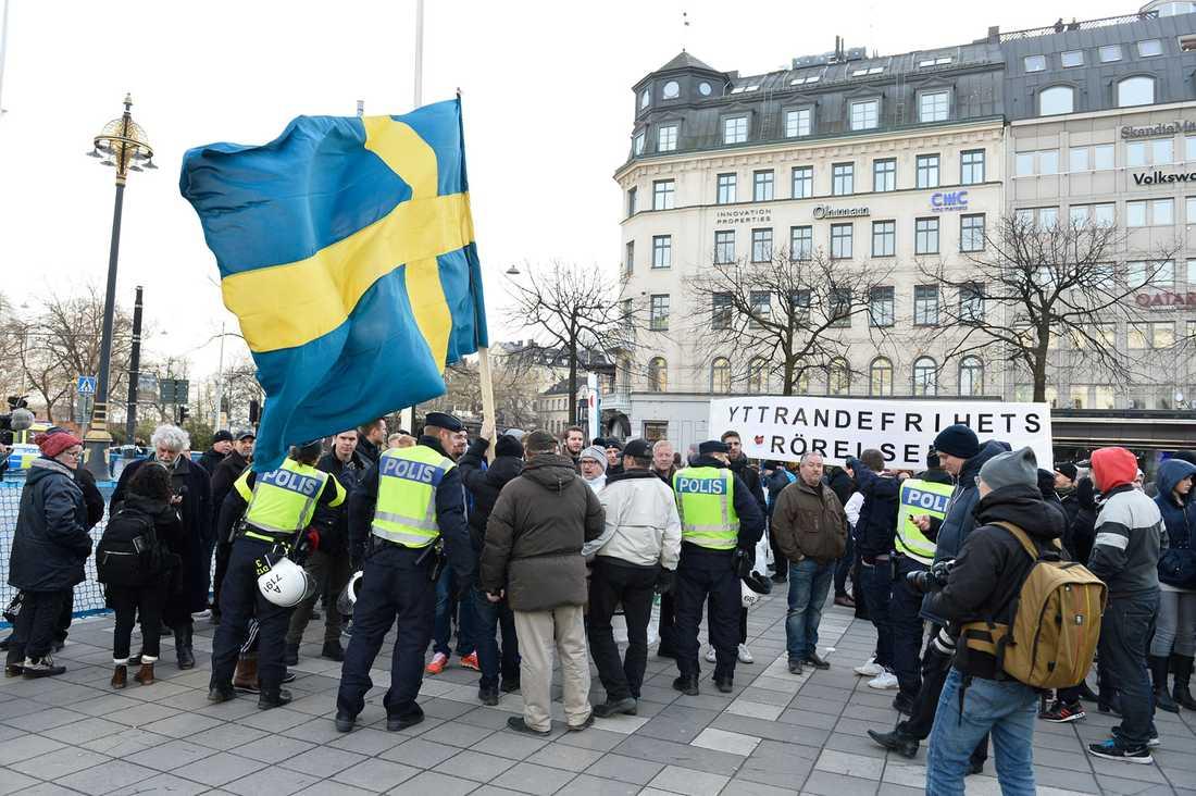 """Många tänker """"men det går väl inte att jämföra den oro många svenskar känner i dag för hur det ska gå med integrationen av alla flyktingar, med den tyska nazismen på 30- och 40-talet?"""". Men vi måste jämföra, menar debattören."""