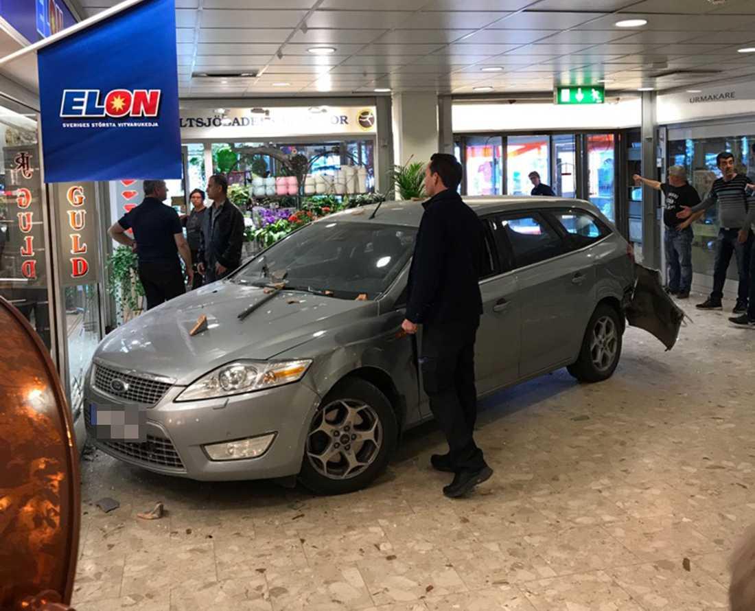 Flera gärningspersoner har kört in en bil i en guldbutik i Saltsjöbaden Centrum.