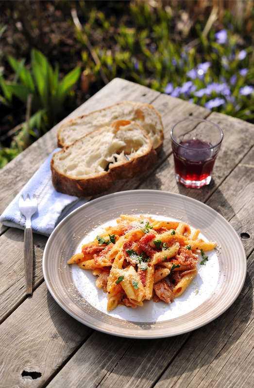 OSTIG PASTA Med bacon, tomat och två slags ost blir den här pastarätten en snabblagad favorit.