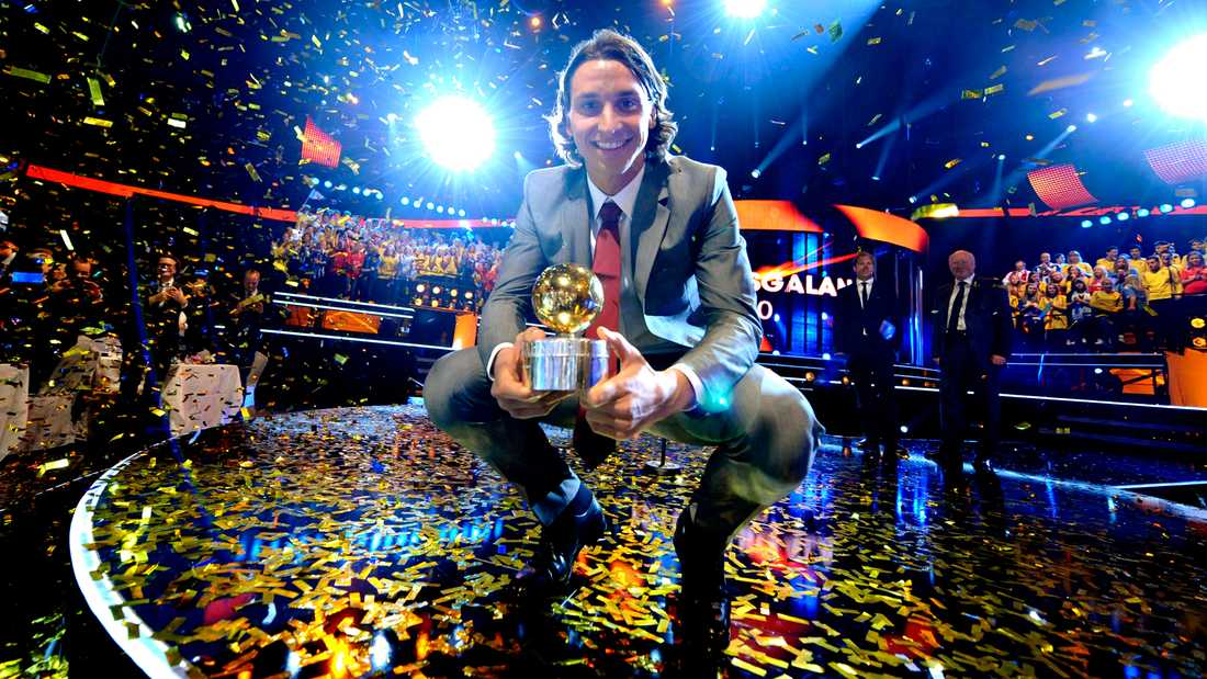 Den 15 november tog Zlatan emot Guldbollen – hans femte i ordningen, av Sportbladets Simon Bank.