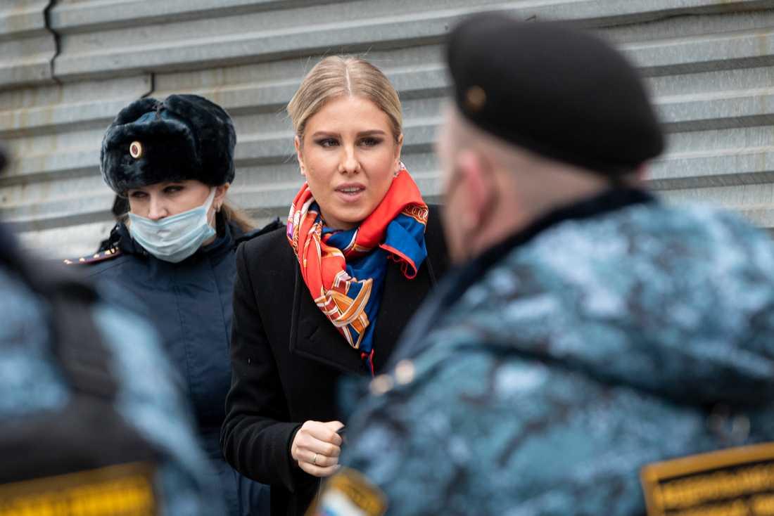 Ljubov Sobol utanför rätten i Moskva. Bilden är från en förhandling tidigare i april.