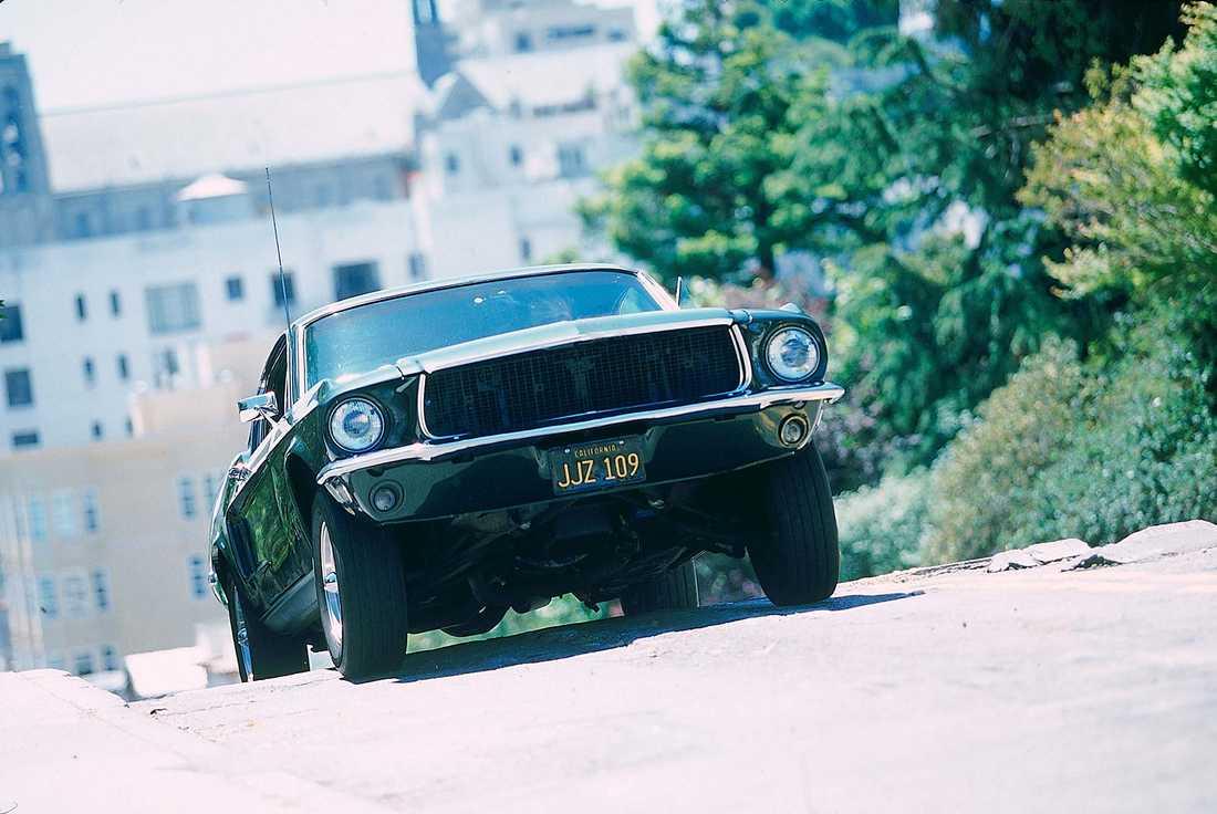 """Bilen som är känd för en av filmvärldens mest klassiska biljakter, Ford Mustang GT 390 med Steve McQueen bakom ratten i filmen """"Bullitt"""" från 1968."""