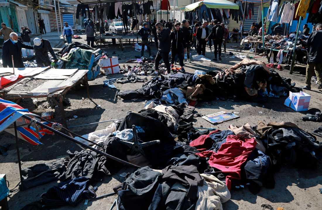 Säkerhetsstyrkor på den plats i Bagdad där många människor dödats av självmordsbombare på torsdagen.
