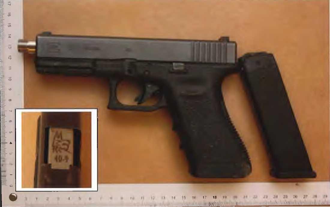 Pistolen hittades nedgrävd i ett sommarstugeområde två månader efter mordet.