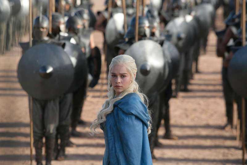 """Emilia Clarke spelar Daenerys Targaryen i """"Game of thrones"""", som utsetts till en av 2013 års bästa tv-serier."""