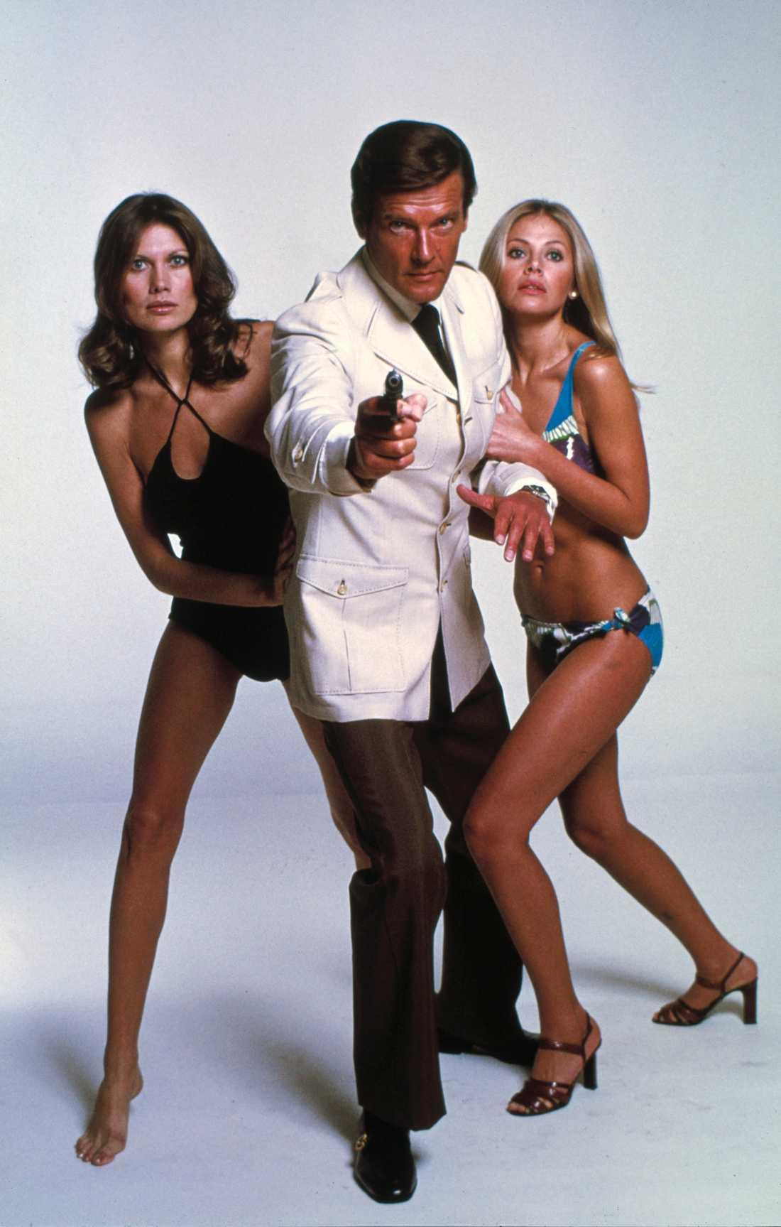 """Roger Moore med  Maud Adams och Britt Ekland i """"Mannen med den gyllene pistolen"""" från 1974."""