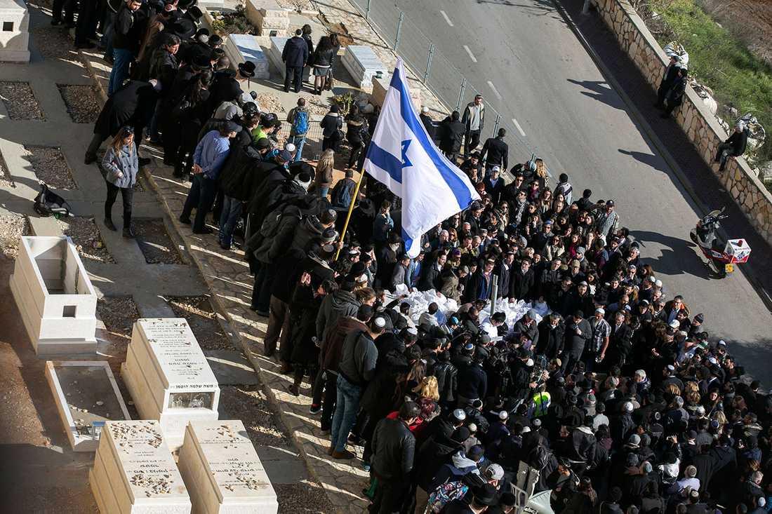 Tusentals slöt upp för att följa de fyra dödsoffren vid det antisemitiska terrordådet mot kosherbutiken i Paris. Begravningen hölls i Jerusalem.