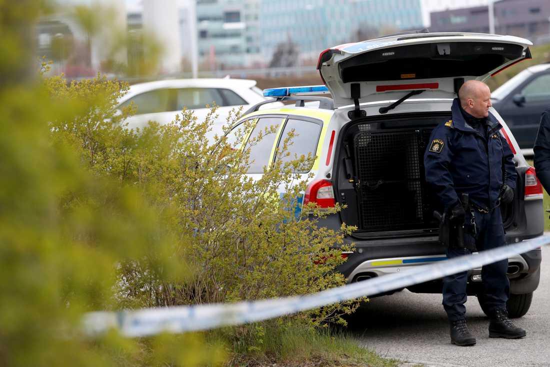 Polis på plats där kvinna hölls fången.