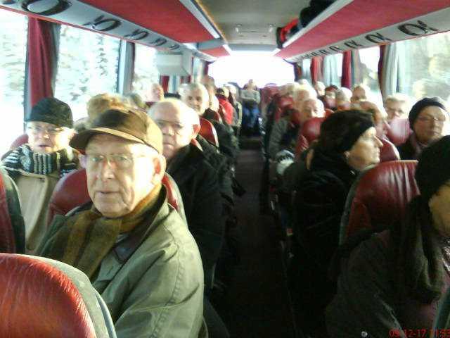 Två busslaster fulla med pensionärer avgick från Värnamo mot Jönköping vid tolvtiden. Ytterligare ett hundratal personer väntas anlända.