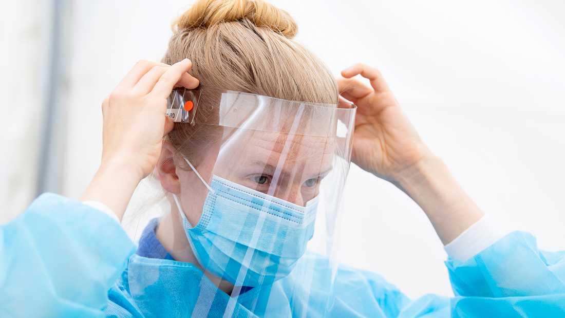 Nu blir visir ett måste vid ansiktsnära vårdsituationer för personalen inom äldrevården.