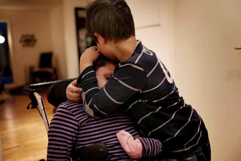 Lättnad Lukas, 8, kramar sin svårt handikappade storasyster Anna, 11. Enligt Migrationsverket och migrationsdomstolarna ville utvisa dem till Serbien och separera dem från sin lillasyster och sina fosterfamiljer.