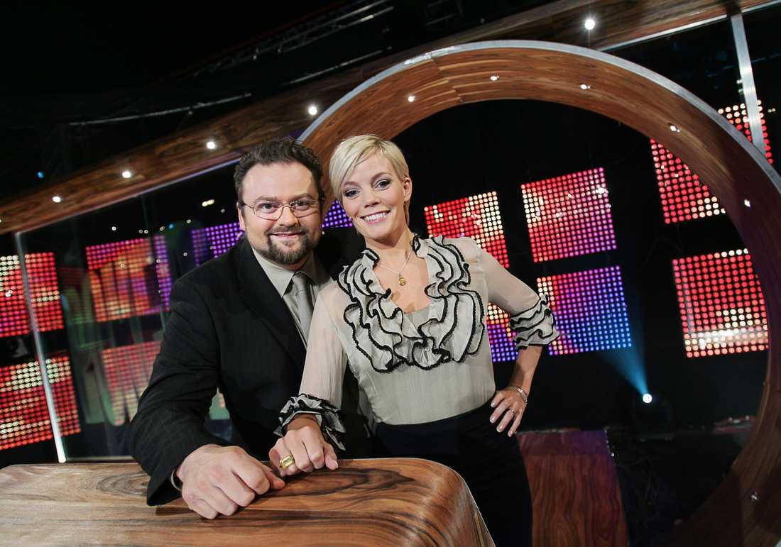 """Gry Forssell och Adam Alsing under inspelningen av TV4:s frågetävling """"Pokerfejs"""" 2007."""