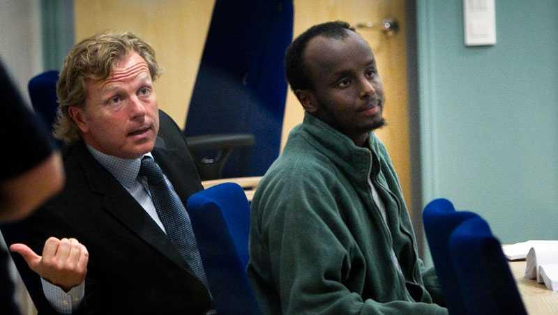 Abdulaziz Abdullahi Mohamed Hussein, 22, dömd för mordet på Nancy. Här tillsammans med sin försvarsadvokat Peter Gillberg.