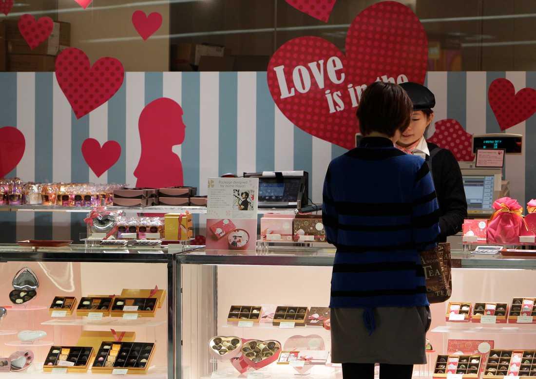 En kvinna köper choklad inför alla hjärtans dag i Tokyo, Japan. Arkivbild.