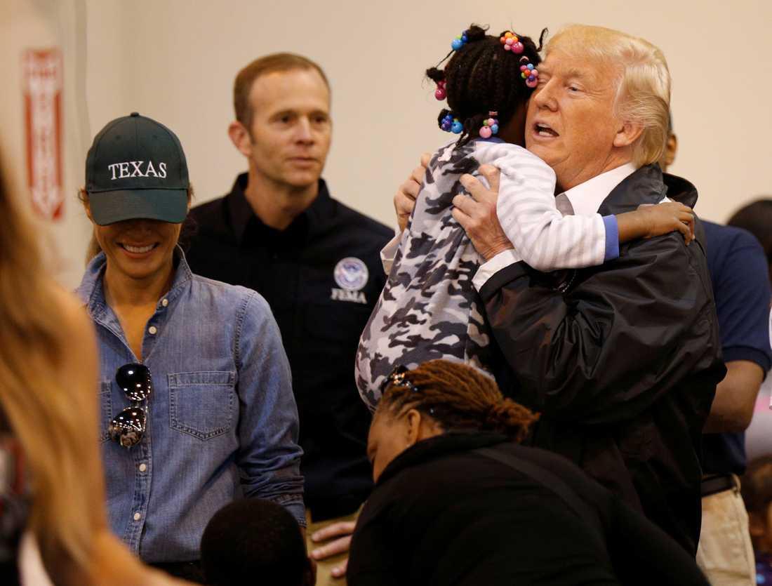 Trump kramar ett barn.