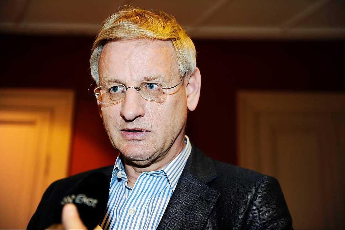 Utrikesministern är kylig när nyheten om gripandet når Sverige. Senare kräver han ett frisläppande.