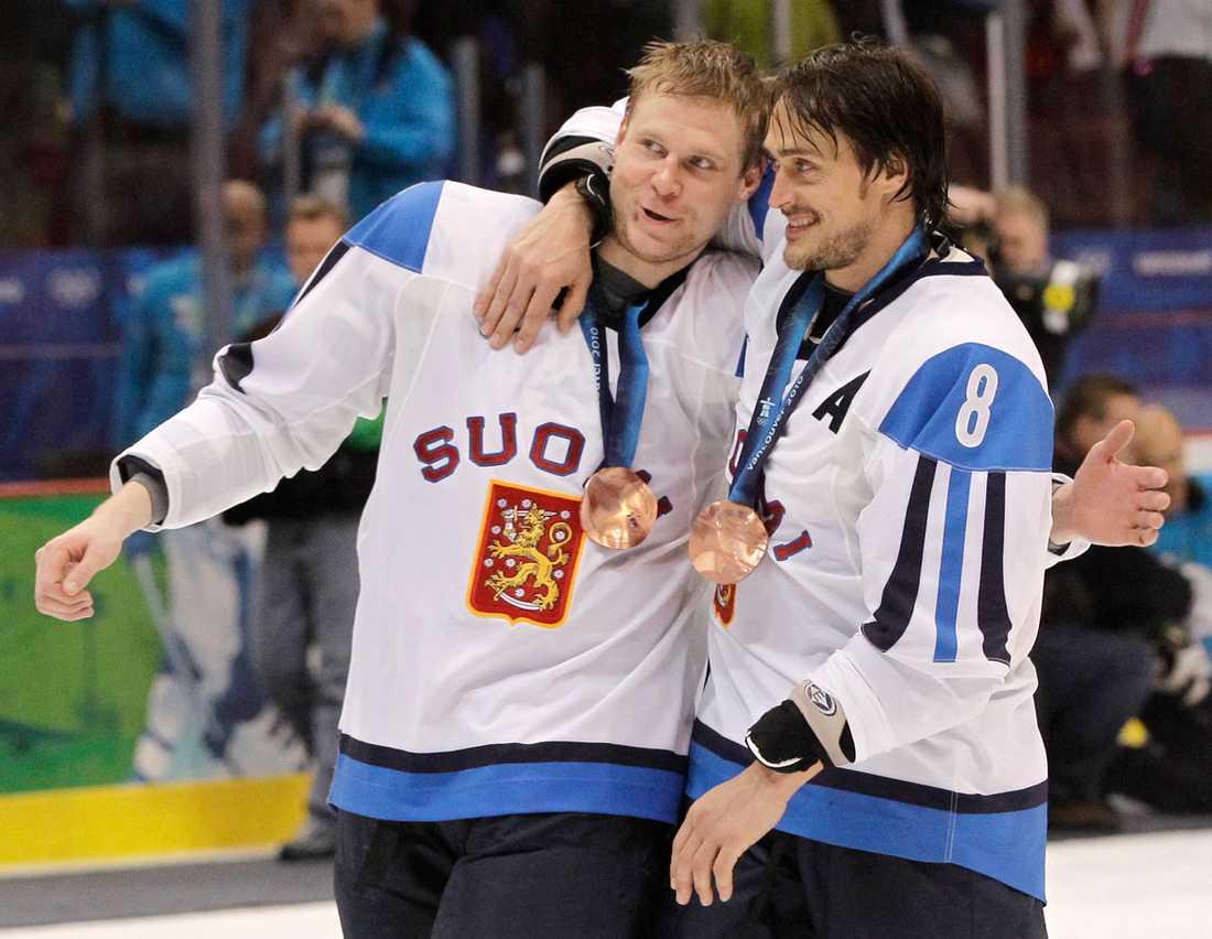 Mikko Koivu och Teemu Selänne firar OS-bronset i Vancouver 2010. Slovakien besegrades i matchen om tredje pris.