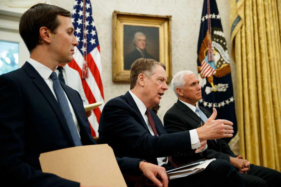 USA:s handelsrepresentant Robert Lighthizer talar i Ovala kontoret i Vita huset tidigare i år. Till vänster om honom syns president Donald Trumps rådgivare Jared Kushner och till höger står vicepresident Mike Pence.
