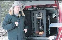 Har mikroskåpet i bakluckan Kenneth Libbrecht mitt i arbetet med mikroskopkameran.