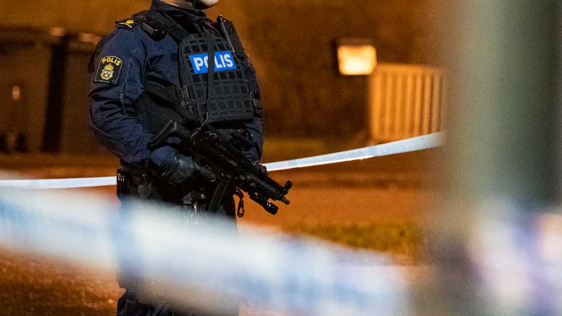 Polis med förstärkningsvapen. Bilden är tagen i ett annat sammanhang. Arkivbild.