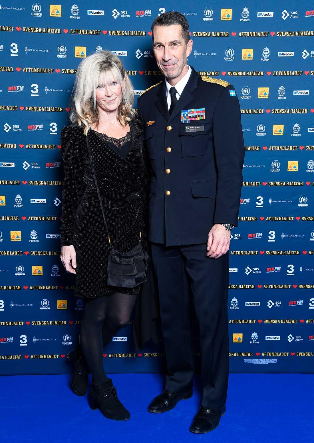 Sveriges överbefälhavare Micael Bydén delade ut pris på galan. Här tillsammans med frun Anita Carlman.